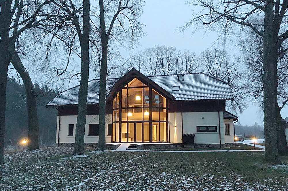 """Dzīvojamā māja """"Ruņģi"""", Brenguļu pagasts, Beverīnas novads. Pasūtītājs: Ivars Ādamsons. Projekta autore: Alla Mellēna. Galvenais būvuzņēmējs: SIA """"Aimasa"""" – Sandris Apsīts."""