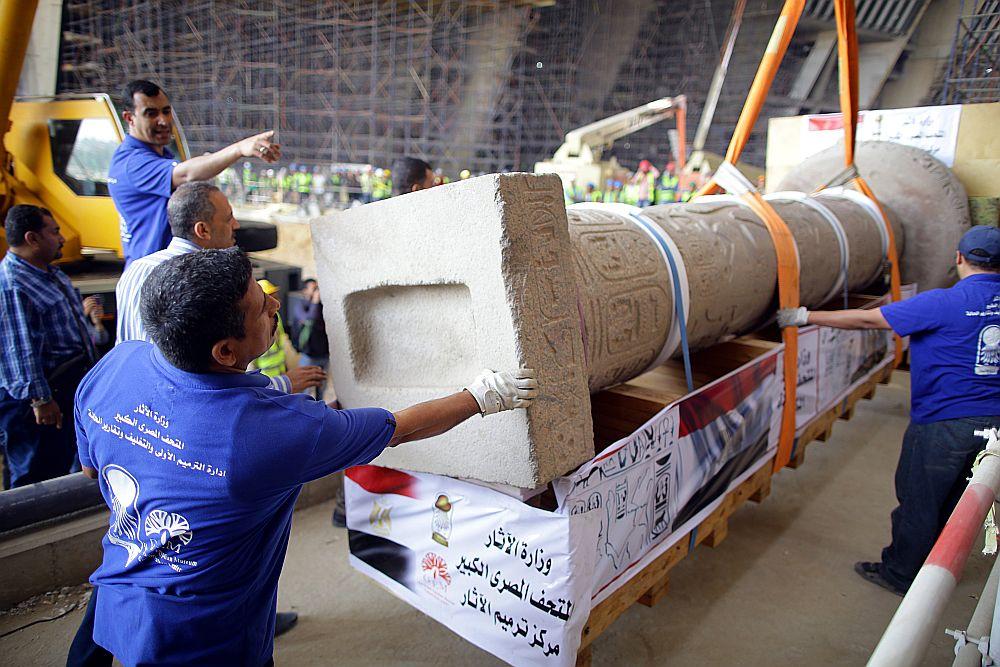 Faraona Merneptaha (13. gs. pirms Kr. dz.) skulptūra tiek transportēta uz Lielo Ēģiptes muzeju.