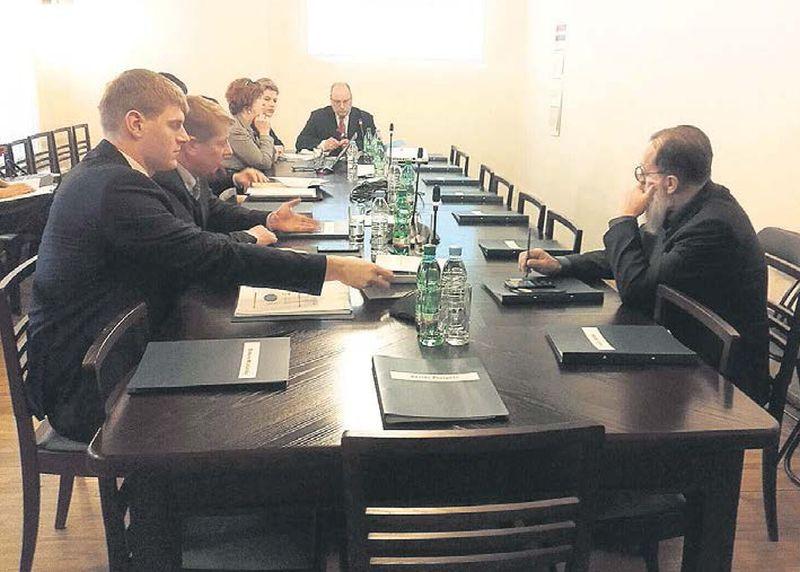 Saeimas Pilsonības, migrācijas un sabiedrības saliedētības komisijas sēdes sākumā bija ieradušies un ierēdņus klausījās tikai četri deputāti no 14. Vēlāk ieradās arī citi parlamentārieši.