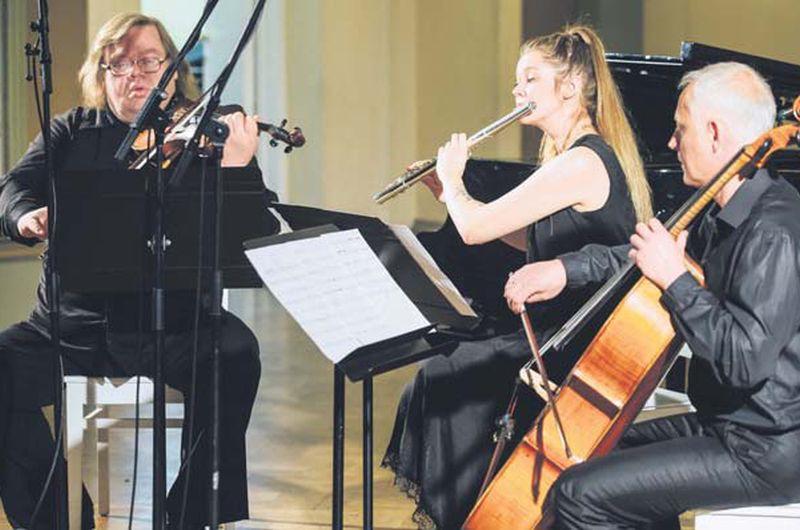 Komponisti var droši paļauties uz vijolnieku Juriju Savkinu un flautisti Nadīni Zapacku, bet čellista Ivara Bezprozvanova spēli varēja uztvert kā skaistu vērtību pašu par sevi.