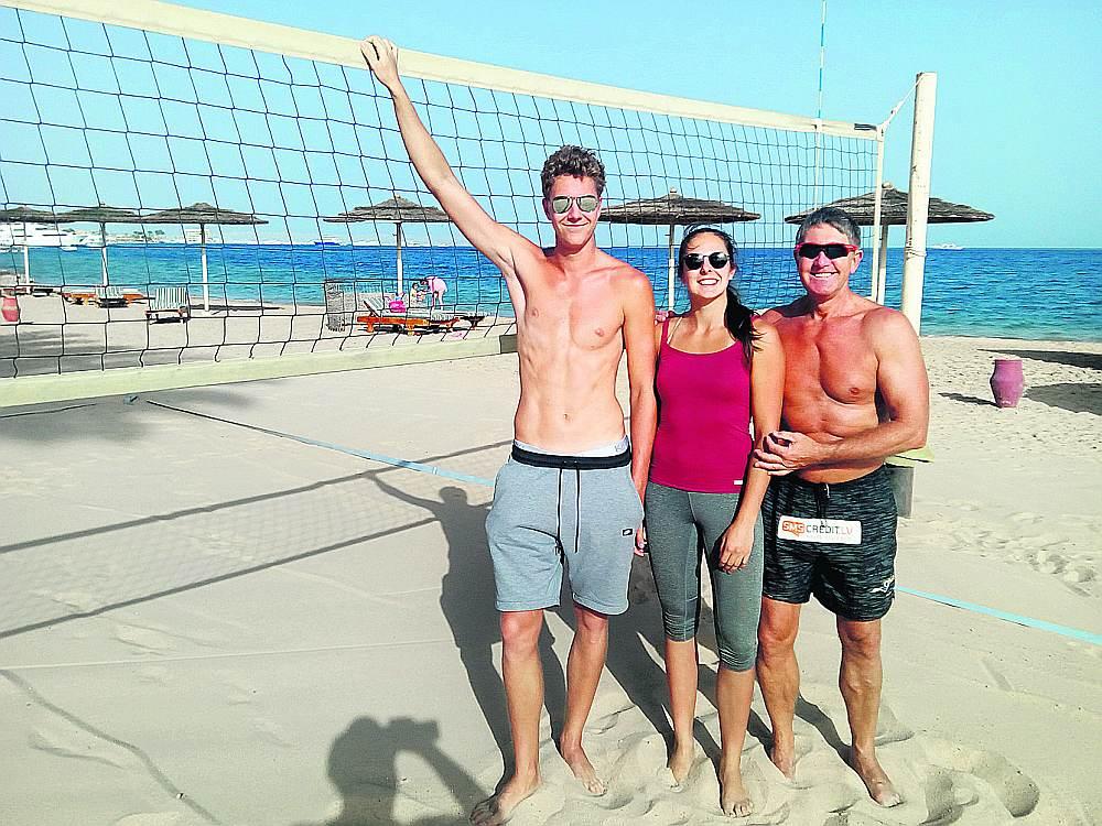 Hurgadā gaiss jau februārī uzkarst gandrīz līdz 30 grādiem un tveice pamazām pieņemas spēkā, drīz kļūs grūti staigāt pa smiltīm, atzīst Mihails Samoilovs (no kreisās), Anastasija Kravčenoka un treneris Genādijs Samoilovs.
