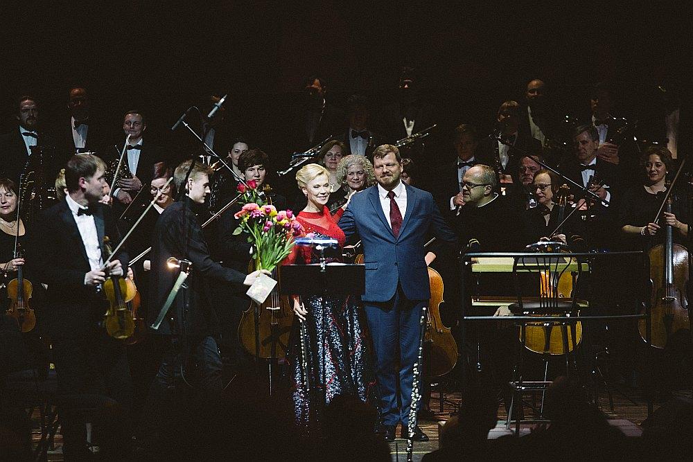 """Flautas spēle Ditas Krenbergas izslīpētajā sniegumā lielā mērā veidoja """"Vulkānu simfonijas"""" konceptuālo un emocionālo centru. Kopā ar komponistu Ēriku Ešenvaldu un diriģentu Māri Sirmo."""