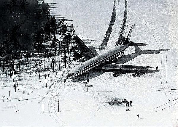 """Dienvidkorejas """"Boeing-707"""" uz ezera ledus."""