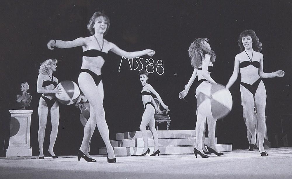 """Konkursā """"Miss Rīga – 88""""."""