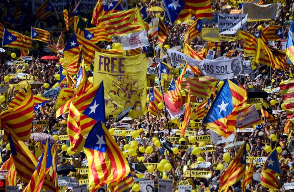 Barselonā tūkstošiem cilvēku protestē pret līderu apcietināšanu, 15.04.2018.