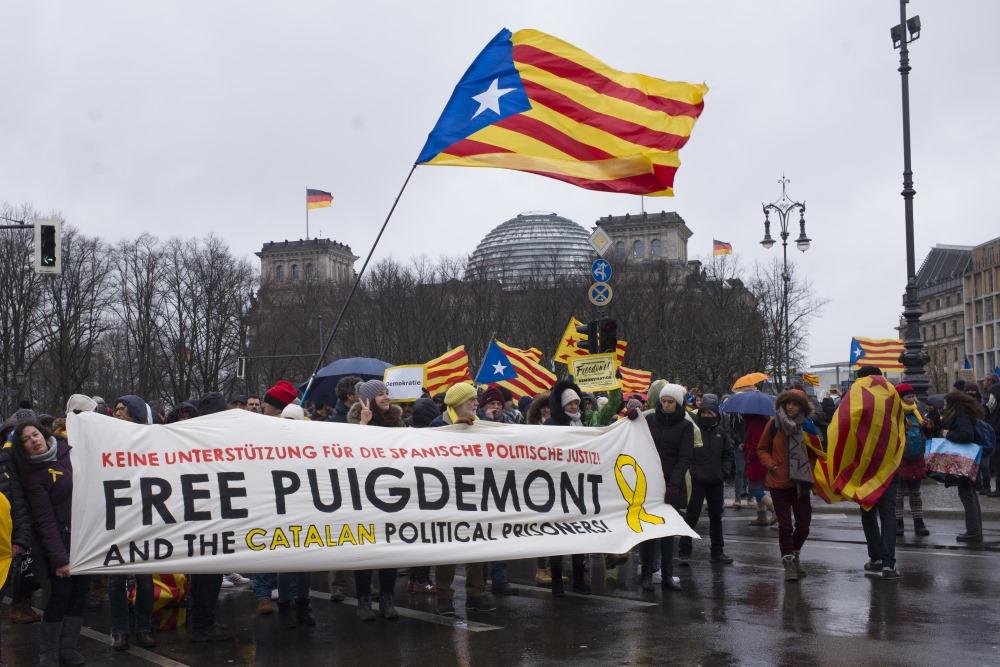 Vācijā. Berlīnē protestē un pieprasa atbrīvot bijušo Katalonijas premjerministru Karlesu Pudždemonu, 01.04.2018.