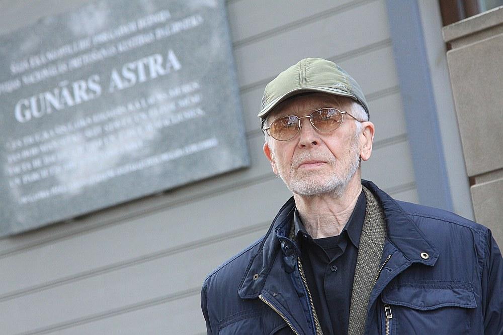 Mājā Lucavsalā, ko uzcēlis Gunāra Astras vectēvs un kurā dzīvojis Gunārs Astra, tagad dzīvo Leons Astra.