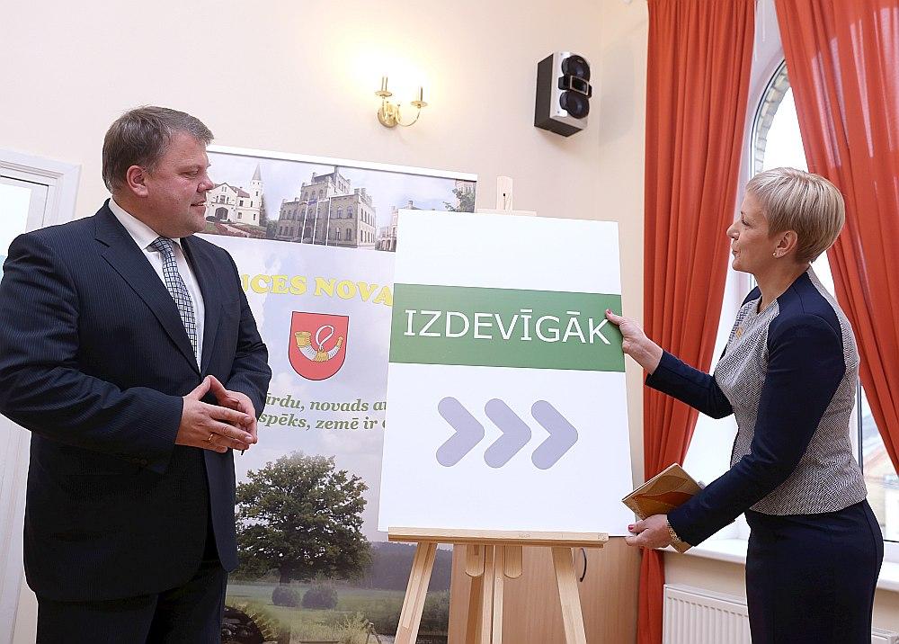 Auces Valsts un pašvaldības vienoto klientu apkalpošanas centra atklāšanas pasākumā toreizējais novada domes priekšsēdētājs (tagad LPS priekšsēdētājs) Gints Kaminskis un lietvedības sekretāre Dace Stauģe.