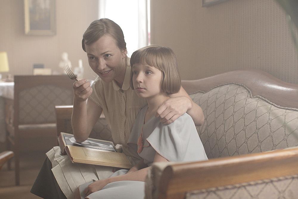 """Kadrs no Ināras Kolmanes spēlfilmas """"Bille"""". Attēlā: Maija Doveika (no kreisās) iejutusies Billes mammas draudzenes, lauku saimnieces tēlā un Rūta Kronberga Billes lomā."""