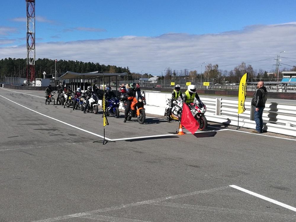 Biķernieku trasē Rīgā trīs dienas pulcējās ap 300 motociklistu, lai konsultētos CSDD rīkotajā drošas braukšanas pasākumā, 2018.