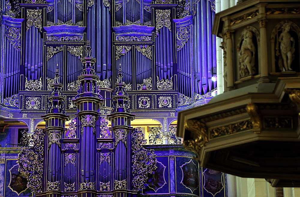 Ir jau droši zināms, ka pāvests Francisks vizītes laikā šoruden piedalīsies ekumeniskajā dievkalpojumā Rīgas Domā un dzirdēs visu skaisti restaurēto 1610. gadā būvēto ērģeļu 6000 stabuļu vēsturisko skaņu.