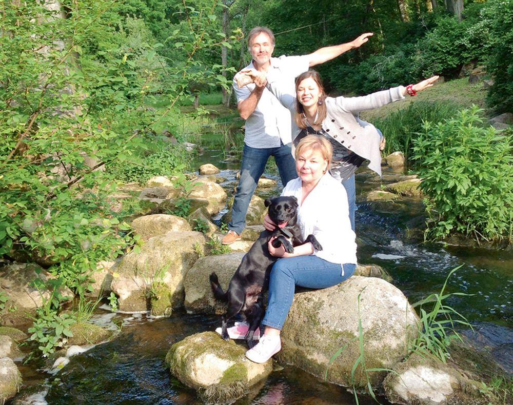 Ineta Grēniņa (priekšplānā) ar vīru Andri un meitu Noru ar prieku ceļo un pavada laiku dabā. Ar ģimeni kopā ir sunīte Lote.