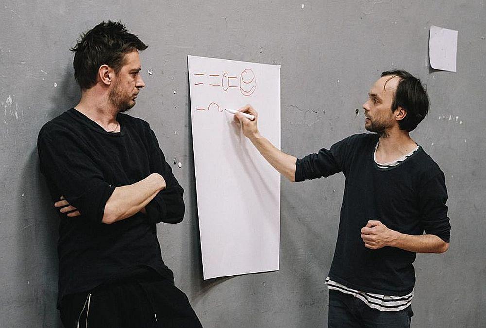 """Neatkarīgā izpildītājmākslas centra """"Kanuti Gildi SAAL"""" kredo ir """"radīt situācijas, kurās viss var notikt"""" gan aktieru starpā, gan starp aktieriem un publiku. Attēls no izrādes """"Darbnīca""""."""