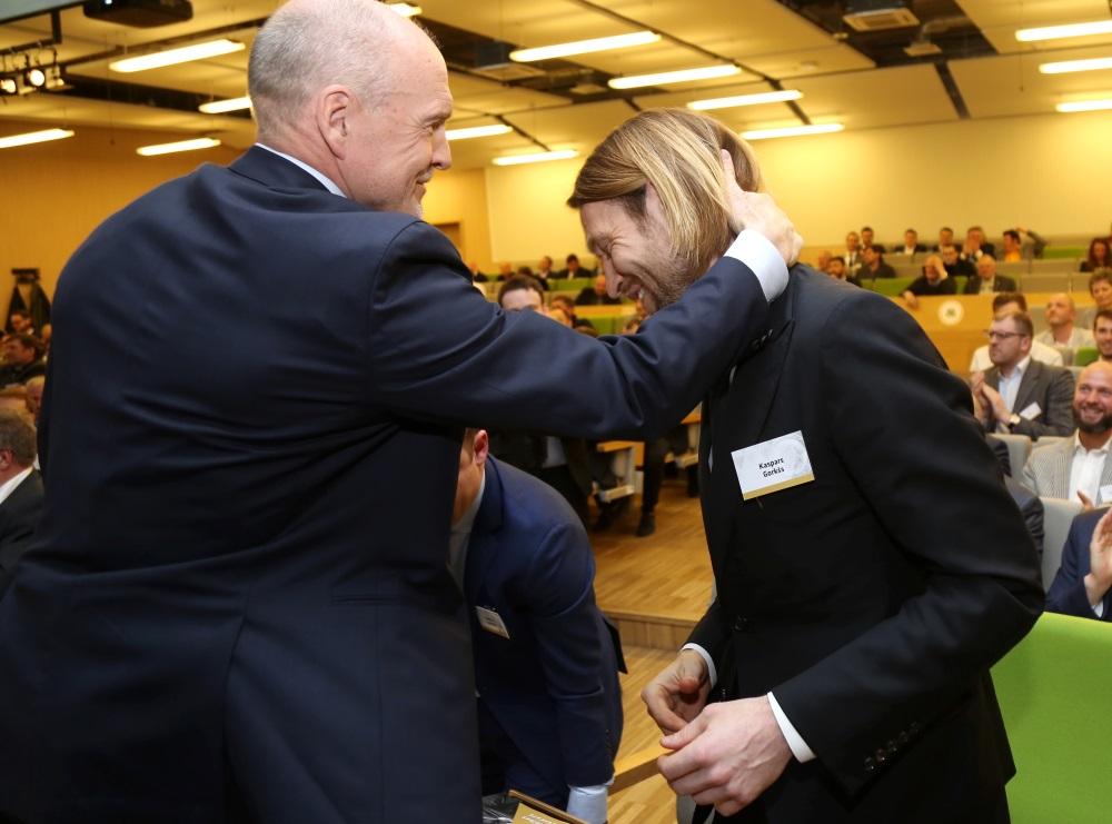 LFF Goda prezidents Guntis Indriksons (no kreisās) apsveic jaunievēlēto LFF prezidentu Kasparu Gorkšu, 27.04.2018.