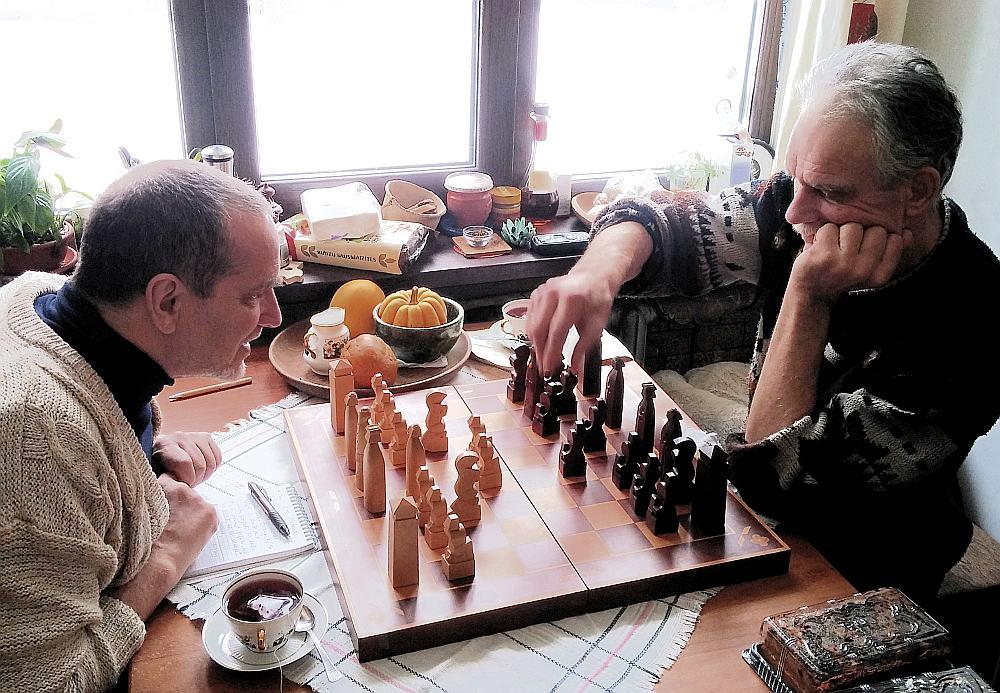 Raksta autors nespēj noturēties, neuzspēlējis ar Jāni Ozeru ar nacionāli stilizēto šaha komplektu.