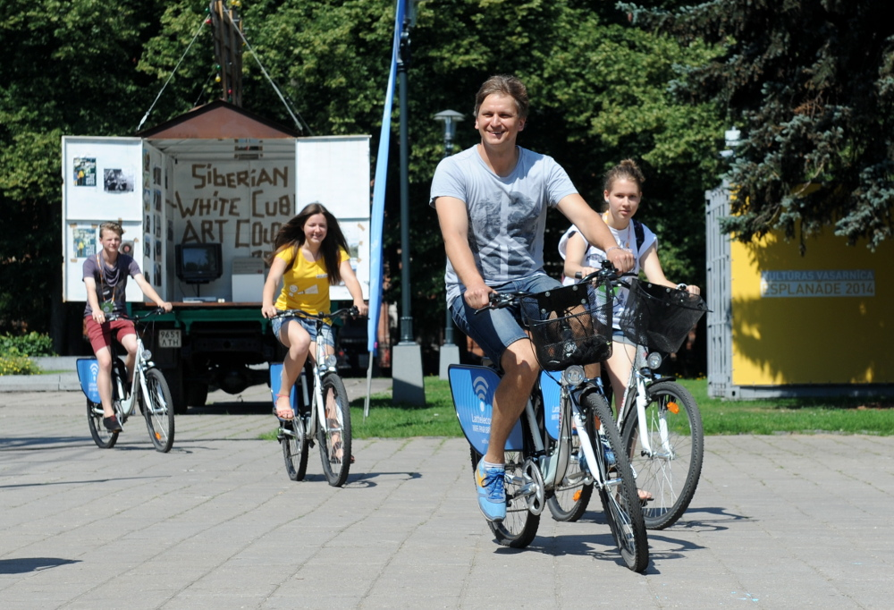 Diriģents Ints Teterovskis ar brīvprātīgajiem pirms pasaules koru olimpiādes Rīgā 2014. gadā.