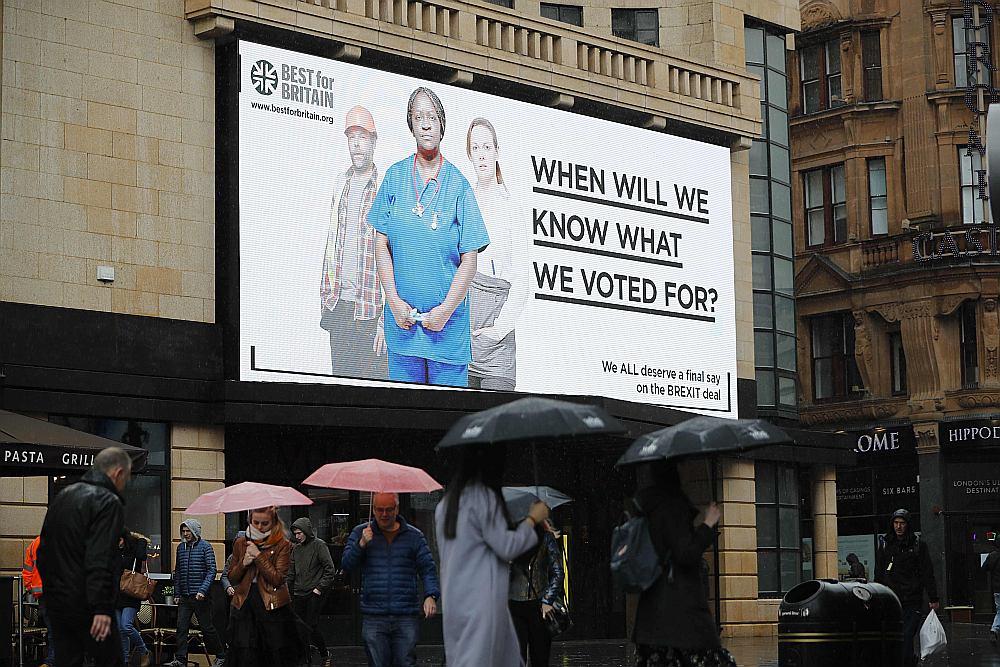 """Sabiedriskā organizācija """"Best for Britain"""" daudzviet Britānijas pilsētās izvietojusi plakātus ar jautājumu """"Kad mēs zināsim, par ko mēs balsojām?"""" un sākusi aktīvu kampaņu, lai pārliecinātu cilvēkus, kas 2016. gada referendumā balsoja par izstāšanos no ES, mainīt savu viedokli."""