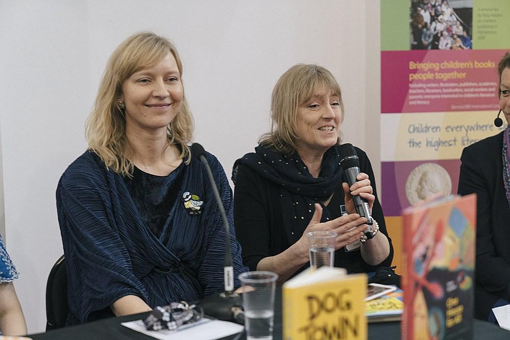 """Rakstniece Luīze Pastore kopā ar Velsas izdevniecības """"Firefly"""" vadītāju Peniju Tomasu."""