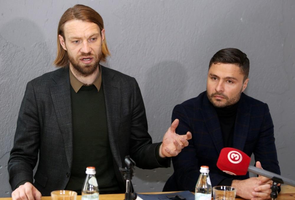 Māris Verpakovskis (no labās) preses konferencē kopā ar Kasparu Gorkšu, 24.04.2018.