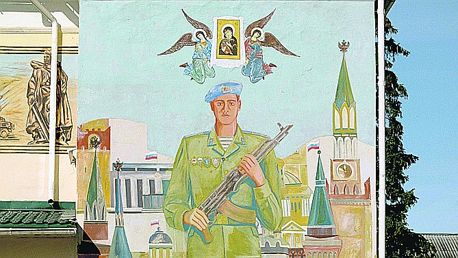 Mūsdienu Krievijas identitāti, pēc režisora domām, labi atspoguļo šī dīvainā freska uz pareizticīgo klostera sienas.