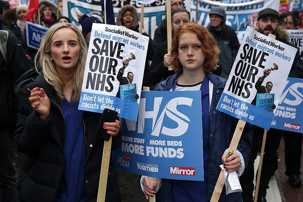 """""""Tautas apvienības pret taupīgumu"""" rīkotā protesta gājienā Londonas centrā 3. februārī pieprasīja lielāku finansējumu NHS."""