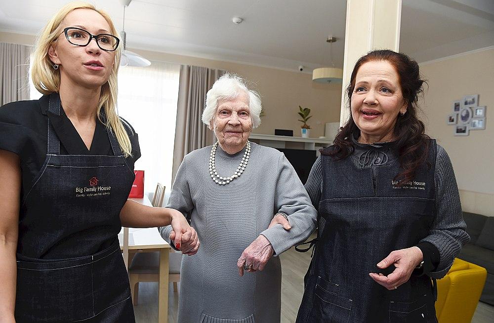 """""""Senior Group"""" pārstāve Latvijā Diāna Gžibovska (no kreisās) kopā ar Zinaīdu un Valmieras teātra aktrisi Regīnu Devīti dodas gatavot karstmaizes. Aktrise ir uzaicināta vadīt ģimenes mājas atklāšanas sarīkojumu."""