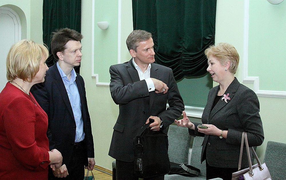 Preiļu novada domes priekšsēdētāja Maruta Plivda (no kreisās) un attīstības daļas vadītāja Elita Jermolajeva kopā ar Latvijas Bankas padomes locekli Edvardsu Kušneru (centrā) un padomnieku Andri Strazdu spriež, kas darāms, lai cilvēki vēlētos palikt Latgalē.