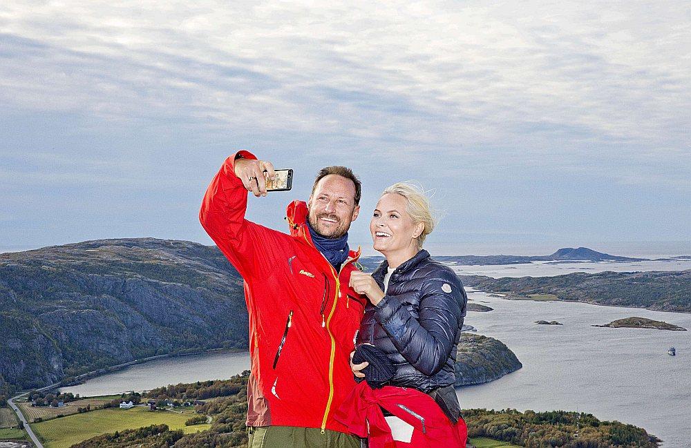 Kroņprincis Hokons un kroņprincese Mete Mārita Norvēģijas kalnos.