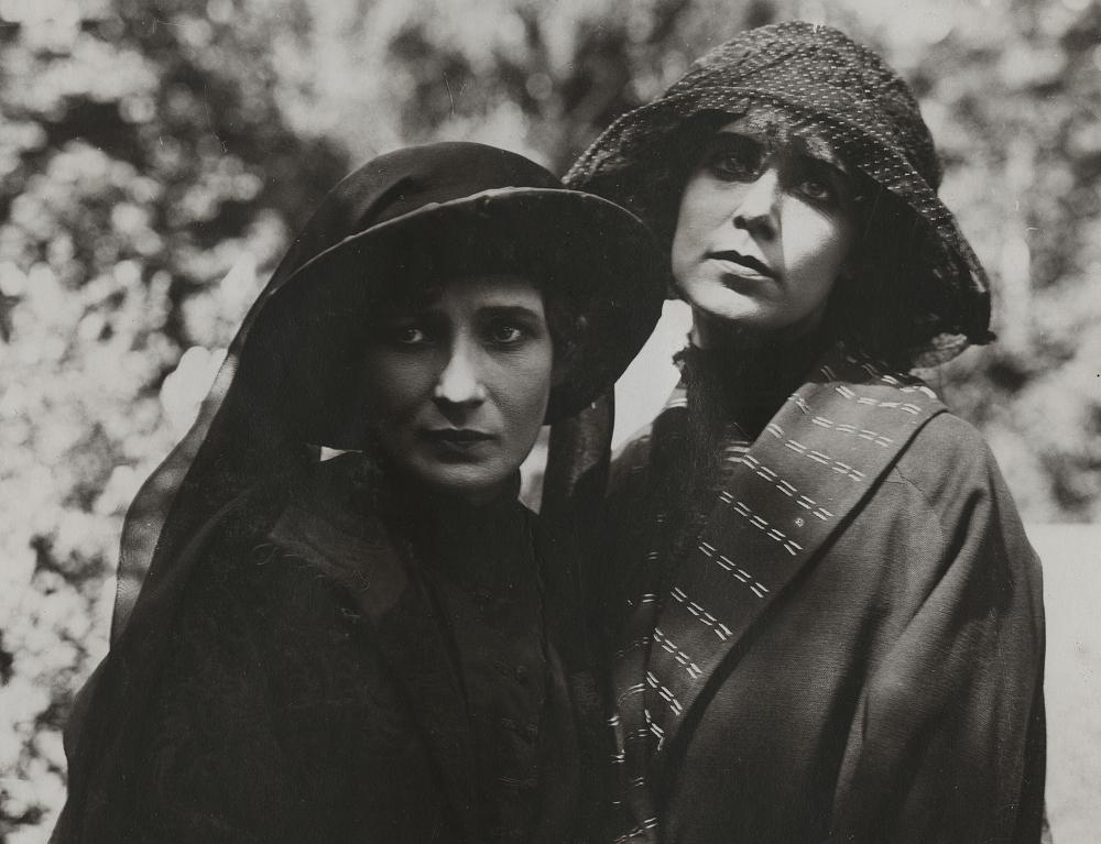 """Lilija Ērika – Elizabete fon Līvena, Aija – Ludmila Špīlberga filmā """"Laiku viesulī"""". 1921. gads."""