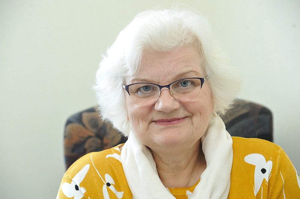 """""""Darba meklētāja statusam ir daudz priekšrocību,"""" saka pensionāre Vija Račinska."""