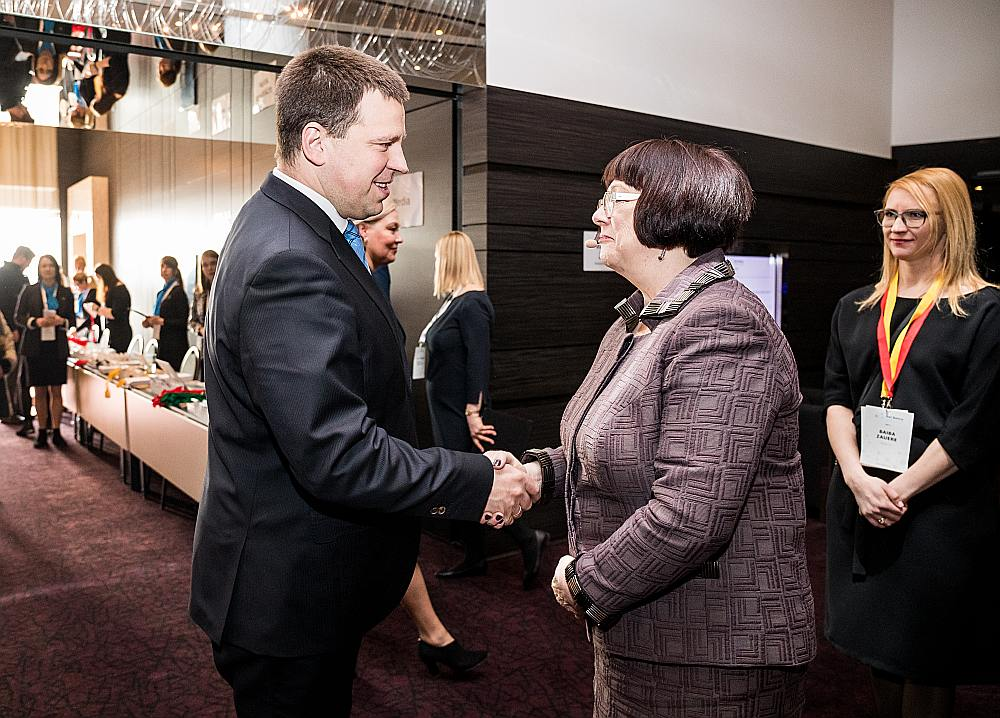 """Rail Baltica"" prezidente Baiba Rubesa sasveicinās ar Igaunijas premjeru Jiri Ratasu."