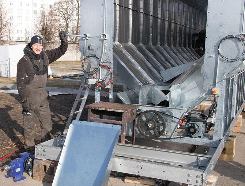 SIA Mexa darbinieks Rihards Dainis izstāžu kompleksā Rāmava montē graudu kalti. Tā būs daļa no kopējās izstādes ekspozīcijas.