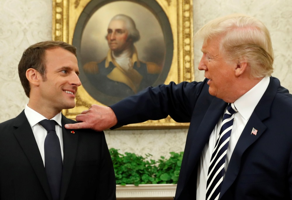 ASV prezidents Donalds Tramps publiski izrāda rūpes par Francijas prezidentu Emanuelu Makronu, notīrot netīrumus no žaketes. Tādejādi simboliski norāda uz abu valstu draudzīgajām attiecībām, 25.04.2018.