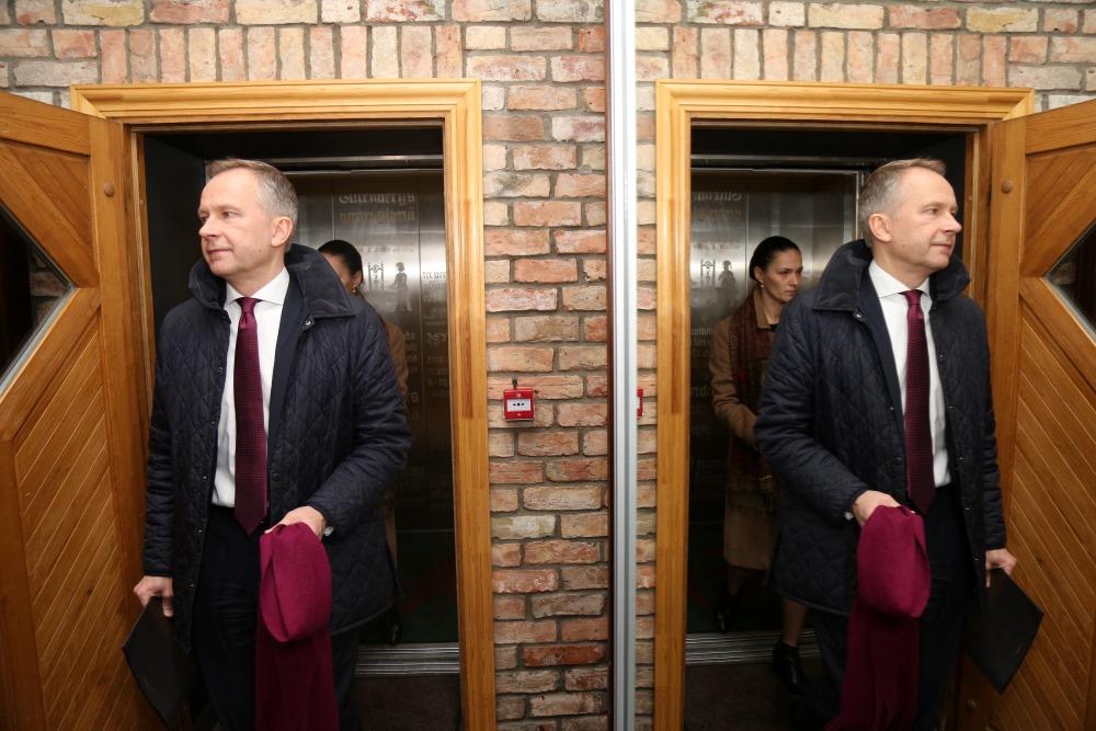 Latvijas Bankas prezidents Ilmārs Rimšēvičs ceļā uz preses konferenci, 20.02.2018.