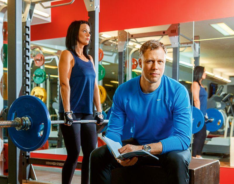 """Helmuts Rodke, treneris un pasniedzējs un Ieva Bērziņa, 33 gadi, biroja vadītāja: """"Es sportoju, jo tad es patīku sev. Atrasties trenažieru zālē man ir kā saldais ēdiens pēc garas darbadienas. Ieguvumi no treniņiem man ir pašpārliecinātība un tvirtums ķermenī. Spēka treniņi un vingrinājumi ar smagiem svariem ir mani mīļākie."""""""