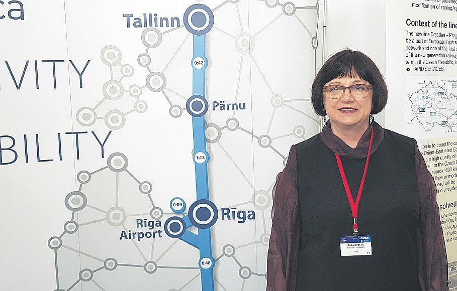 """AS """"Rail Baltica"""" valdes priekšsēdētāja Baiba Rubesa sava uzņēmuma stendā TEN-T izstādē Ļubļanā."""