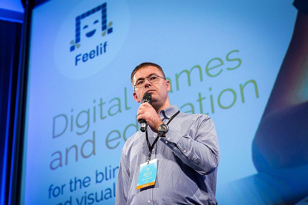 """Slovēnijas jaunuzņēmuma dibinātājs Žeļko Hermaiers """"Feelif"""" prezentē ideju – kā neredzīgiem cilvēkiem lietot skārienjutīgu ekrānu."""