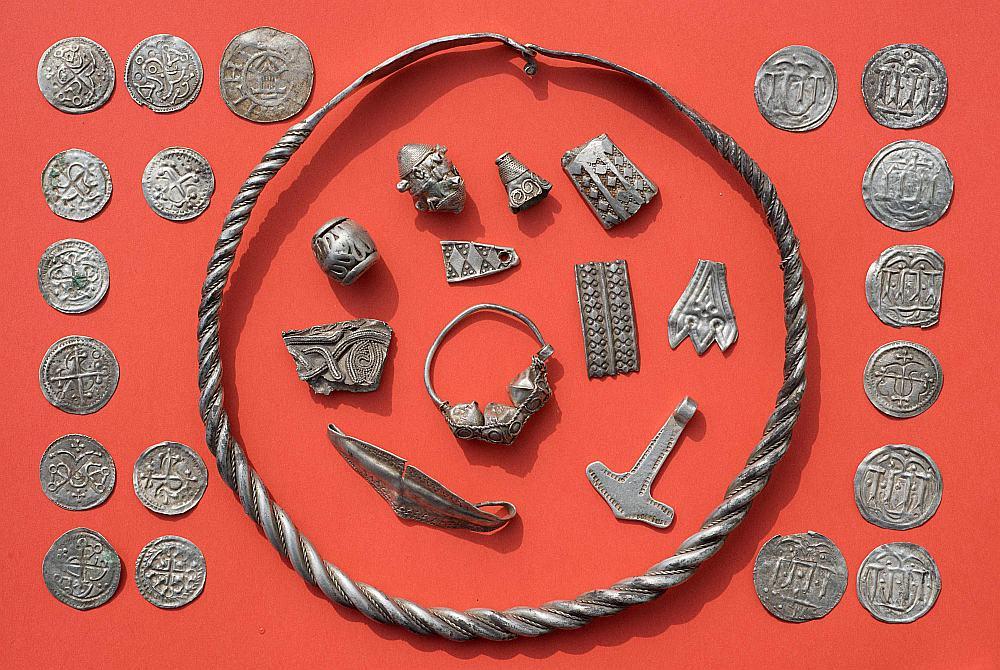 Viduslaiku monētas un rotaslietas, kas atrastas Rīgenas salā Baltijas jūrā Vācijas ziemeļos.
