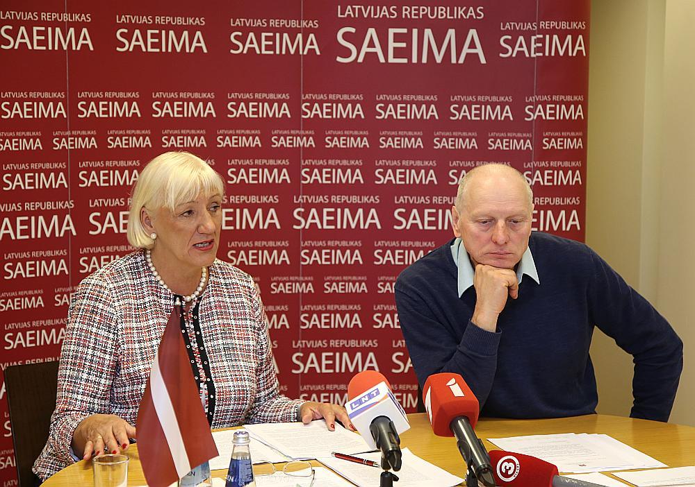 """""""4. maija deklarācijas kluba"""" vadītāja Velta Čebotarenoka un kluba biedrs, kādreizējais Latvijas Tautas frontes vadītājs Dainis Īvāns preses konferencē."""