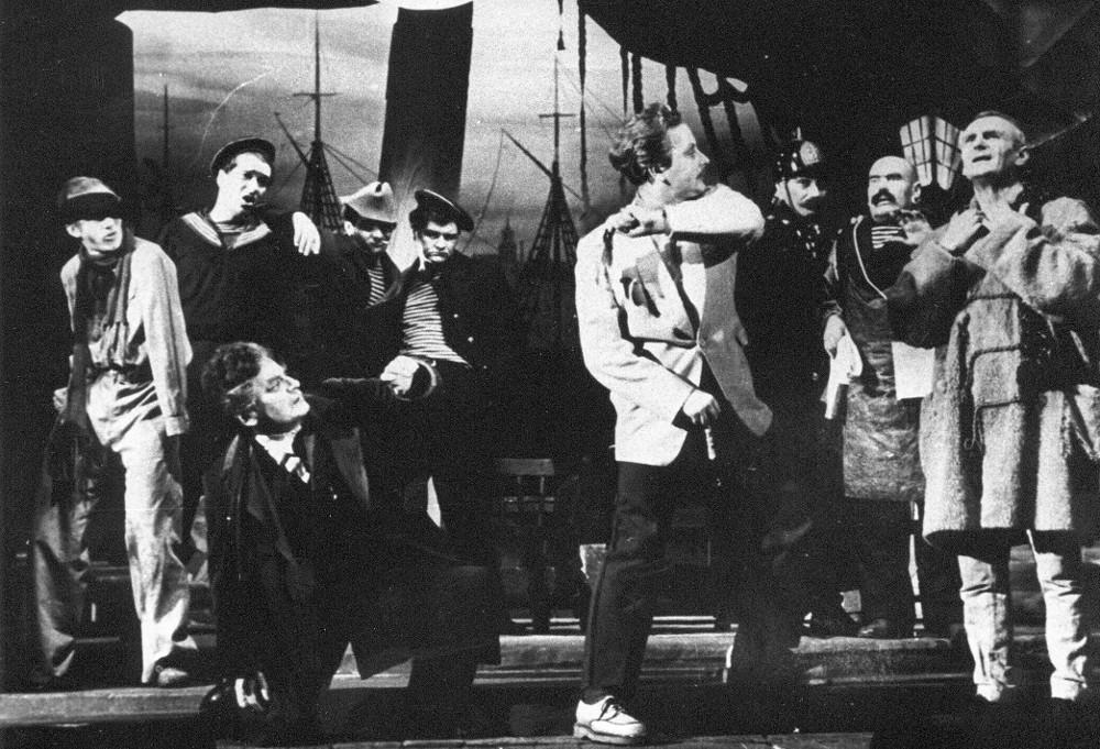 """Dailes teātra iestudējums """"Ziedošais tuksnesis"""" 1955. gadā, rež. E. Smiļģis."""