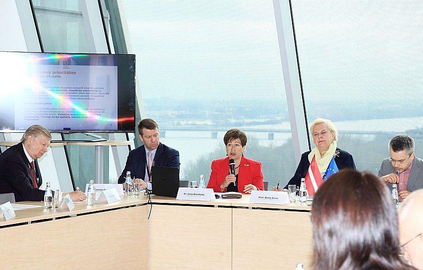 Teicamnieku starp dalībvalstīm EK ieteikumu ievērošanā nav, bet Latvijā progress ir krietni ievērojamāks nekā, piemēram, Vācijā, norādīja Inna Šteinbuka (centrā).