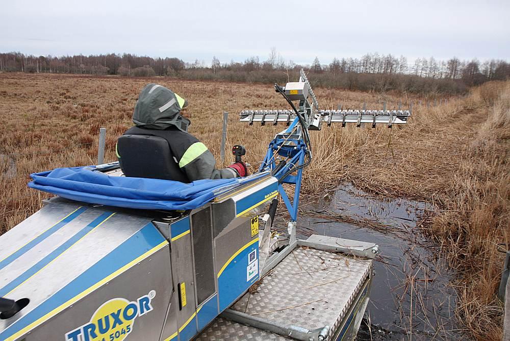 Niedru pļāvējs, ar kuru dienā var nopļaut līdz 3 ha niedrāju. Ar to niedres var pļaut arī zem ūdens.
