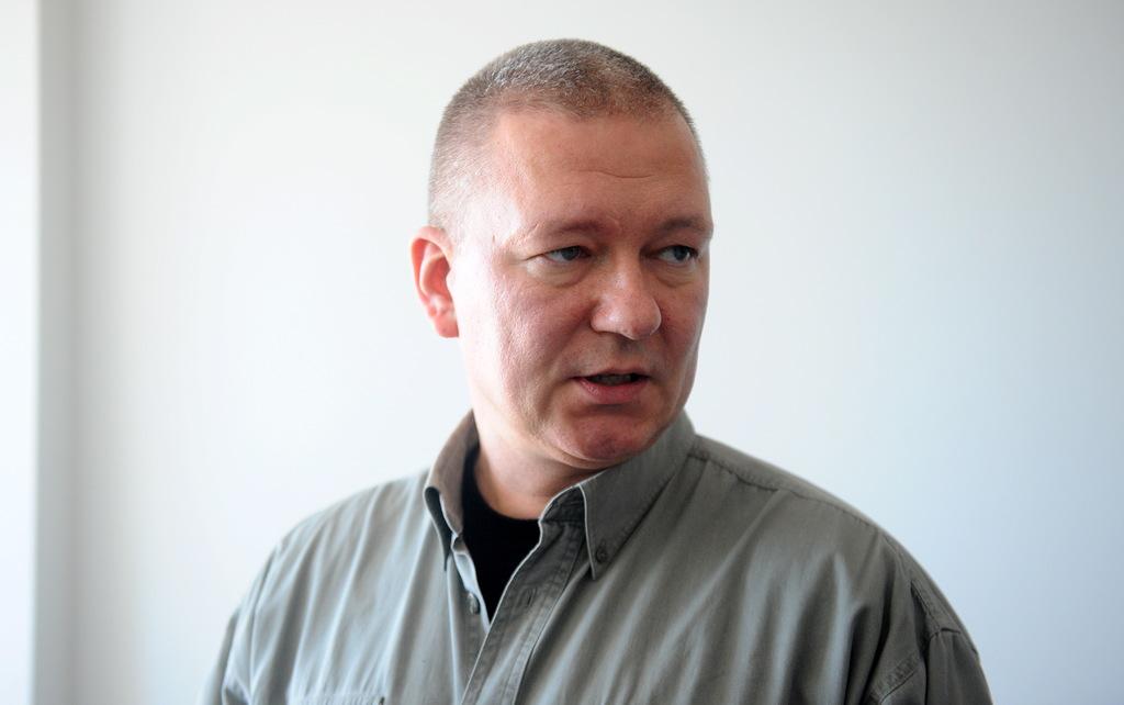 Kukuļņemšanas lietā aizdomās turētais Arvils Feierābends Rīgas pilsētas Ziemeļu rajona tiesā pēc atbrīvošanas no apcietinājuma 2016. gada maijā.