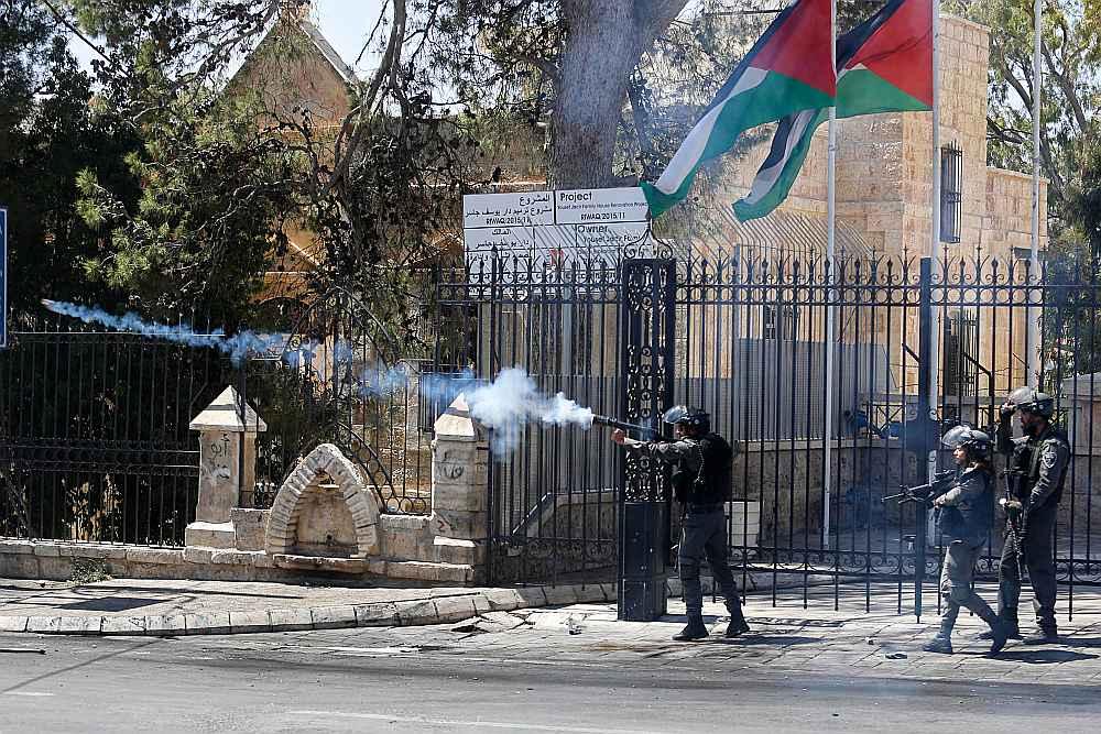 Izraēlas karavīri raida asaru gāzes granātas pret palestīniešu protestētājiem Bētlemes pilsētā Rietumkrastā.
