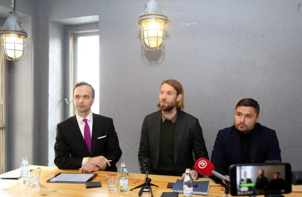 """Zvērināts advokāts Ivo Klotiņš (no kreisās), Latvijas Futbola federācijas (LFF) prezidenta amata kandidāts Kaspars Gorkšs un """"Liepāja""""/""""Mogo"""" futbola kluba prezidents Māris Verpakovskis piedalās preses konferencē, kurā iepazīstina ar nozīmīgiem jaunumiem LFF prezidenta vēlēšanu kontekstā."""