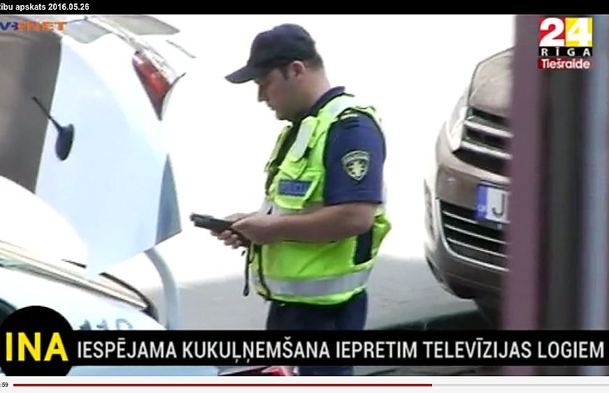 Televīzijas sižetā redzams, ka pēc satiksmes noteikumu grāmatiņas saņemšanas atpakaļ policists izkāpj, pie auto bagāžnieka paņem alkometru un liek picas piegādātājam iepūst, lai izmērītu promiles.
