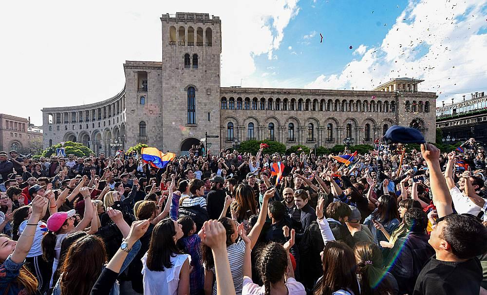 Erevānas centrā Republikas laukumā demonstranti līksmo pēc Armēnijas premjerministra Serža Sargsjana atkāpšanās.