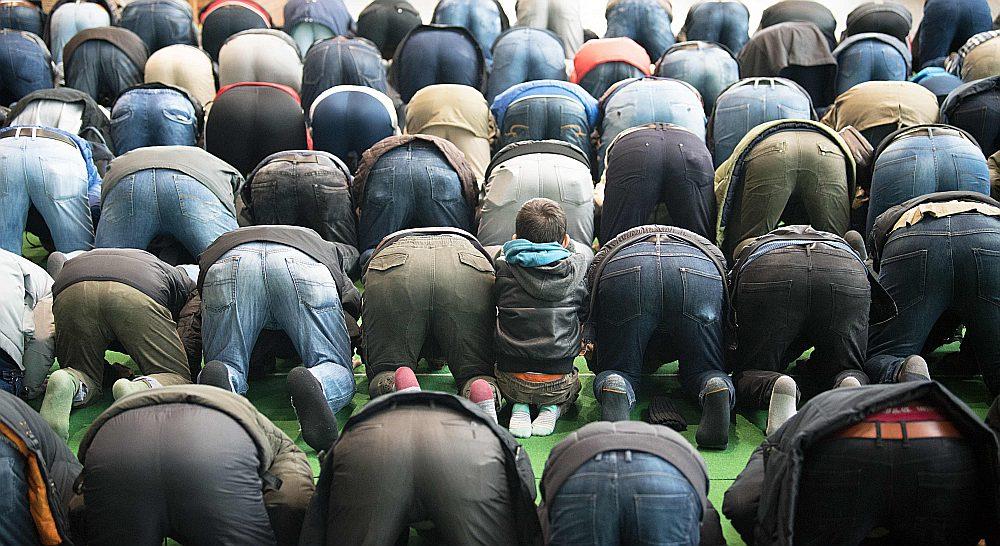 Potsdamā islāmticīgie nododas lūgšanām kādā ēkā, kas piemērota mošejas vajadzībām.