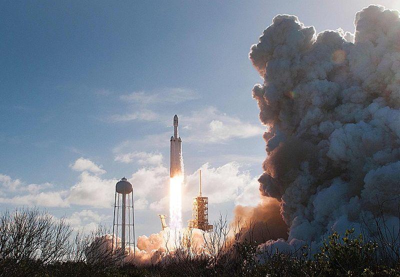 """""""Space X"""" raķete """"Falcon Heavy"""" 6. februārī startēja no Kenedija kosmosa centra Floridā."""