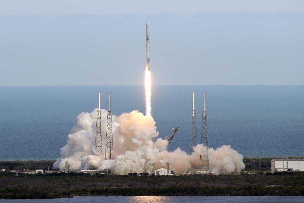"""Nesējraķete """"Falcon"""" ar kravas kuģi """"Dragon"""" dodas uz Starptautisko kosmosa staciju, kur šobrīd atrodas astronauti no ASV, Japānas un Krievijas."""